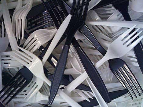 ممنوعیت استفاده از ظروف یکبار مصرف به علت مشکلات بازیافت ضایعات پلاستیک آنها در اروپا