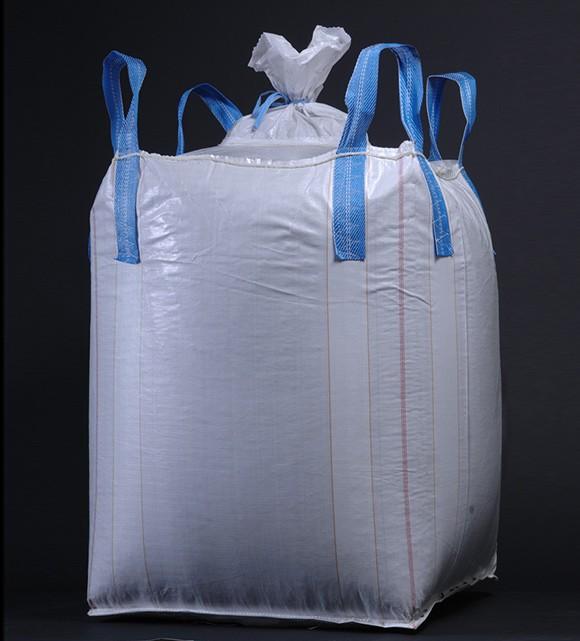 از جامبو بگ ها برای جابجایی محصولات پتروشیمی و بازیافتی از ضایعات پلاستیک مانند گرانول پلی اتیلن و پلی پروپیلن استفاده می شود
