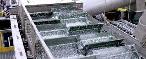 در اولین مرحله شستشو، ضایعات خرد شده پلاستیک یا تکه های آلوده PET وارد خط شستشو با آب سرد می شوند