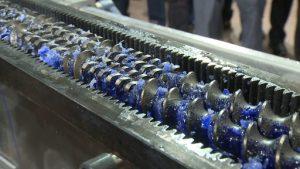 در روش کامپاند برای ساخت پلیمر جدید ، چند نوع گرانول پلاستیک و مواد افزودنی را بصورت مذاب با هم ترکیب می کنند.