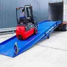 سکو بارگیری / Loading Ramp (سطح شیبدار) برای اینکه جرثقیل چنگکدار بتواند بالا برود و محصول را در داخل محفظه های ترابری بارگذاری کند.