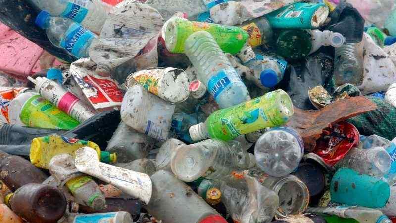 بازیافت ضایعات پلاستیک برای سلامتی آینده سیاره ما بسیار اهمیت دارد. دنیا تحمل زبالههای بیشتری را ندارد و بیتوجهی به آن، آسیب غیرقابل جبرانی خواهد زد. این گزارش یادآور میشود که چرا بازیافت برای شما و سیاره زمین تا این حد ارزشمند است.