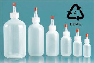 پلاستیک پلی اتیلن سبک / LDPE ، مقاومت عالی در مقابل اسیدها، بازها و روغن های گیاهی دارد و در بازیافت با شماره 4 شناسایی میشود. چقرمگی، انعطاف پذیری و شفافیت نسبی آن، این ماده را برای کاربردهای بسته بندی که نیازمند مهر و موم حرارتی هستند مناسب می سازد.