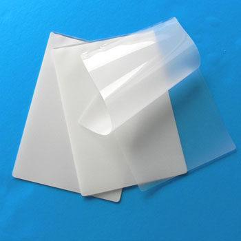 پلاستیک ورقه ورقه شده / Laminated ، دو یا چند ماده که به همدیگر چسبیده اند. ورقه ورقه ها (چندلایه ای ها) شاید نیازمند خواص تکونولوژیکی باشند تا از سطح نمونه محافظت کنند.