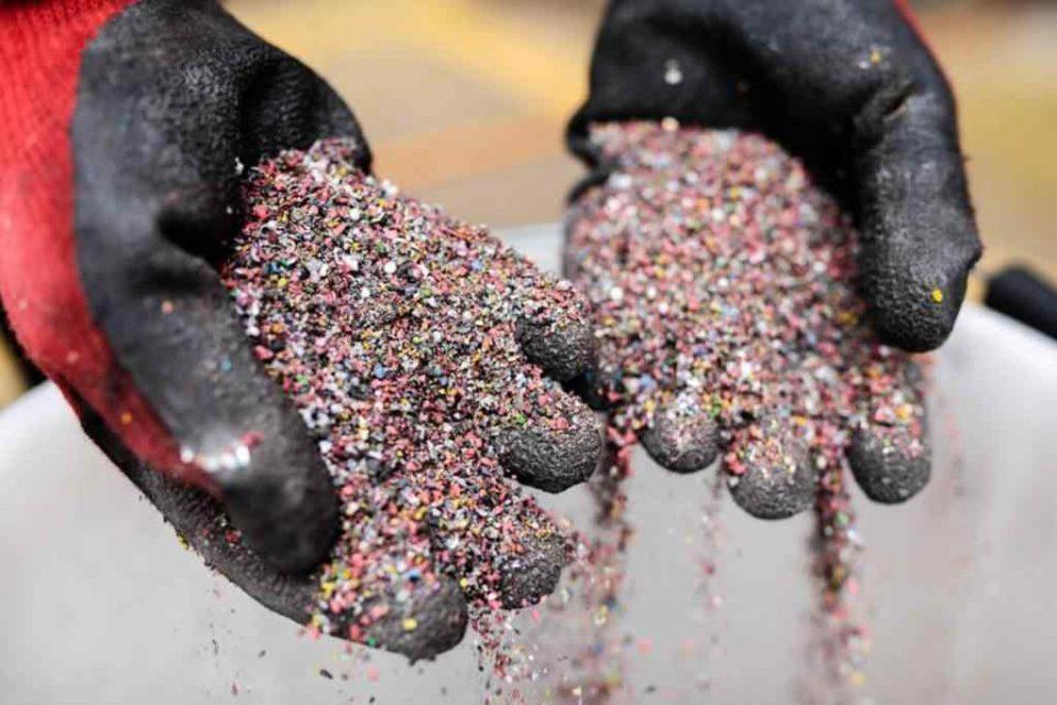 مشکلات محیط زیستی از جمله آلودگی آب، خاک و هوا به واسطه وجود واحدهای غیرمجاز جمعآوری و ذوب ضایعات پلاستیک که در حاشیه مجتمع پردازش و بازیافت ضایعات آرادکوه گردهم آمدهاند، امروز بلای جان محیط زیست و مردم بخش کهریزک شدهاست.
