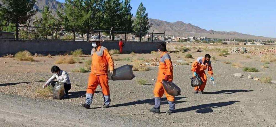 پاکسازی ورودی شهر بیرجند با کمک دوستداران محیط زیست